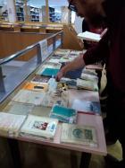 Regalo de libros retirados de la colección en la Biblioteca María Moliner